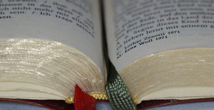 Her ser du en sangbog. Få inspiration til at lave en sangskjuler til konfirmation her på siden.