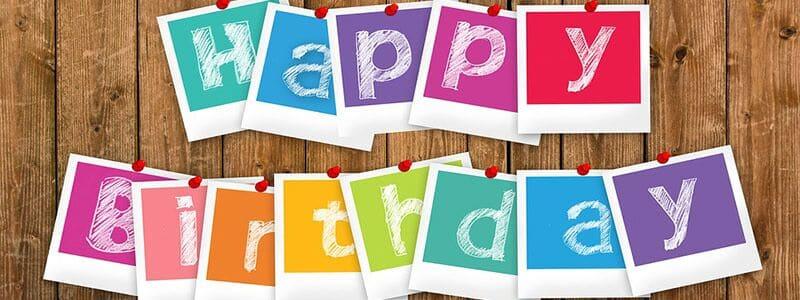 Her ser du et fødselsdagsskilt. Find festsange til fødselsdag her på siden.