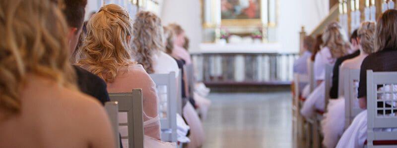 Her ser du konfirmander i kirken. Find sange til konfirmation her på siden.