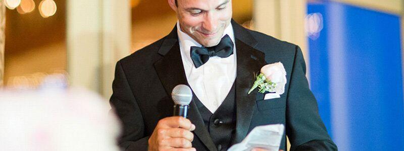 Her er en mand med mikrofon. Find gratis festsange her på siden.