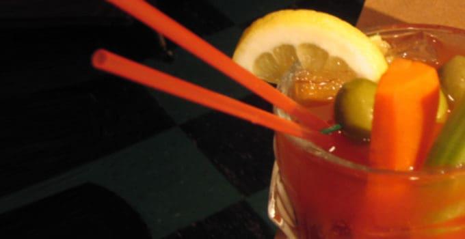 Her ser du en Bloody Mary drink. Find en Bloody Mary opskrift her.