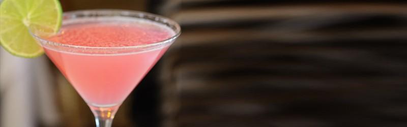 Her ser du en Cosmopolitan drink. Få en Cosmopolitan opskrift her på siden.