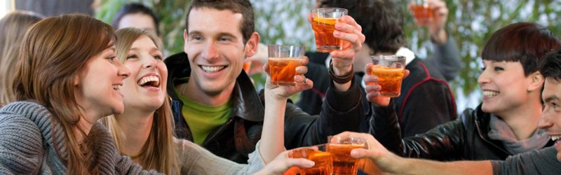 Her ser du glade mennesker med en velkomstdrink. Find opskrifter på velkomstdrinks her.