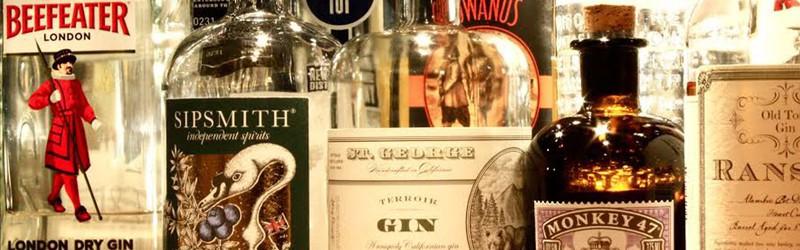 Her ser du flasker med gin til en gin-bowle.