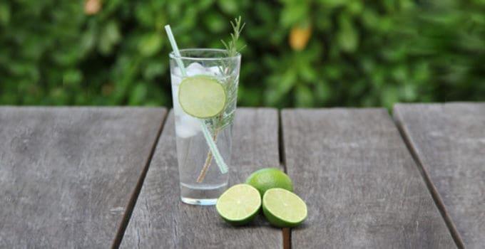 Her ser du en Gin og Tonic drink. Find en Gin og Tonic opskrift her på siden.
