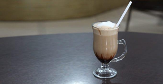 Her ser du en Irish Coffee drink. Få en Irish Coffee opskrift her.