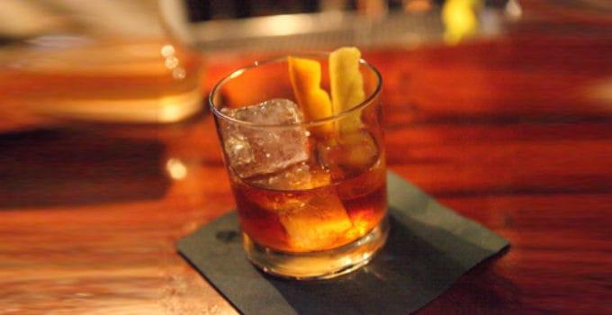 Her ser du en Old Fashioned drink. Find en Old Fashioned opskrift her på siden.