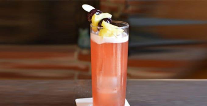 Her ser du en Singapore Sling drink. Få en Singapore Sling opskrift her på siden.