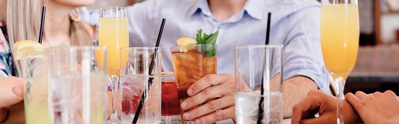 Her ser du mennesker med drinks.