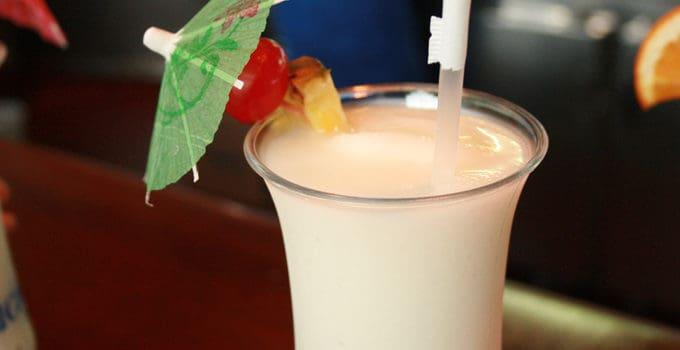 Her ser du en Piña Colada drink. Få en Piña Colada opskrift her på siden.