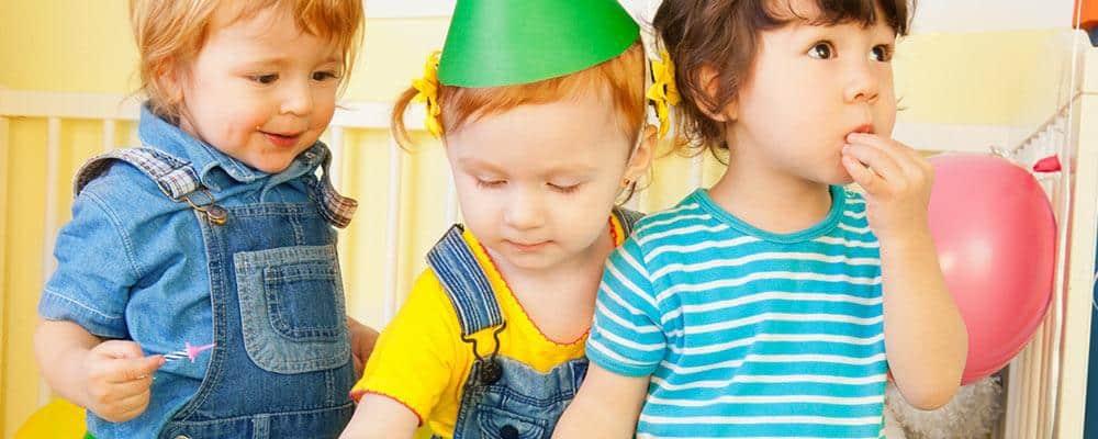 3 børn holder børnefødselsdag 3 år