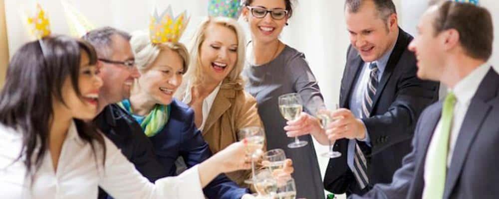 En flok mennesker har det sjovt med underholdning til firmafest