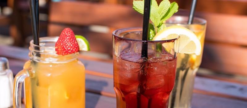 3 alkoholfri drinks står på et bord med sugerør. Læs opskrifterne her.