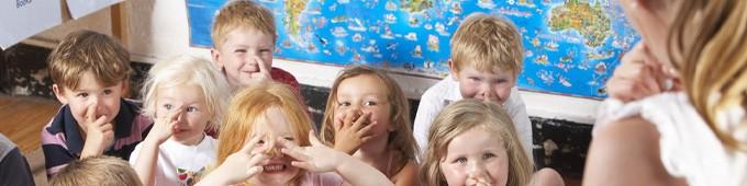 Voksen fortæller sjove gåder for børn