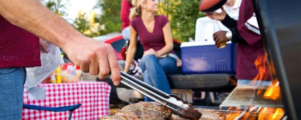 Mennesker har grillmaster som deres sommerfest tema