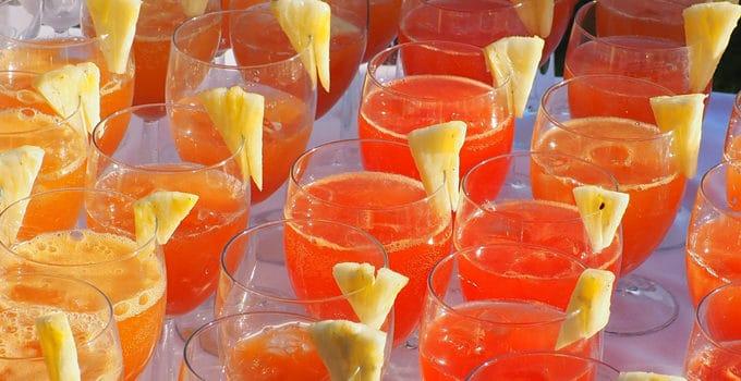 Viser glas med velkomstdrinks, serveret til et bryllup