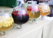 Fire skåle med velkomstdrinks i
