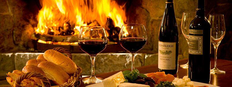 Et bord med tapas, vinglas og vin, som viser en romantisk aften