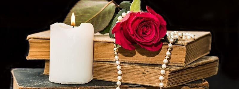 Bog og stearinlys der viser et romantisk digt
