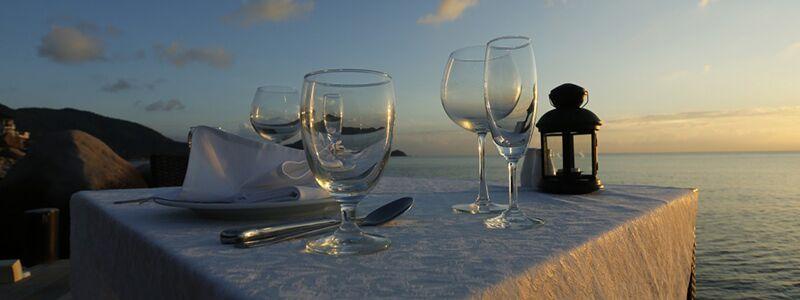 Vinglas på et bord på en romantisk ferie