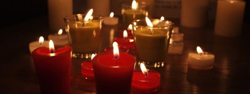 Stearinlys, som viser hvordan man kan holde en romantisk weekend
