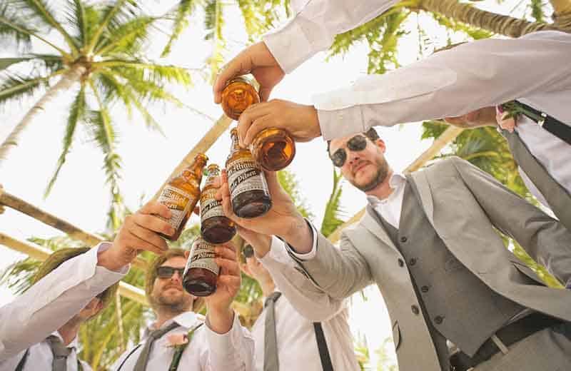 Menenesker skåler i øl